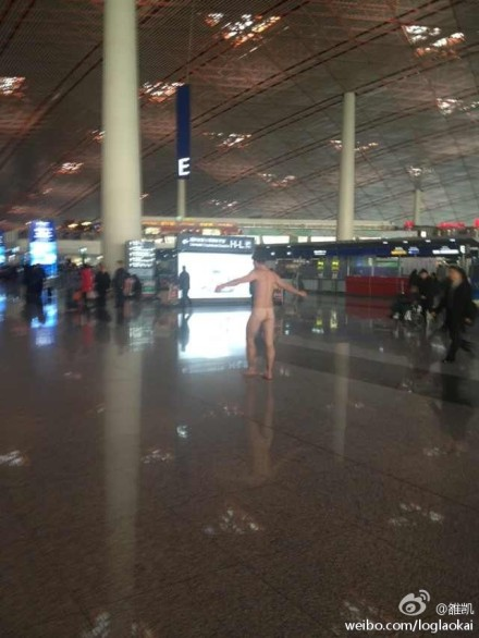 Foreigner streaks in Beijing airport