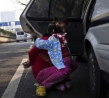 Chengguan Bully And Cuff Street Vendor In Front Of Her 2-Year-Old Daughter
