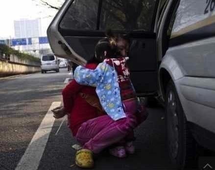 Chengguan bullies woman in Guangzhou comforts child