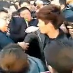 "TV Host Du Haitao Of The Popular ""Happy Camp"" Physically Confronts A Fan"
