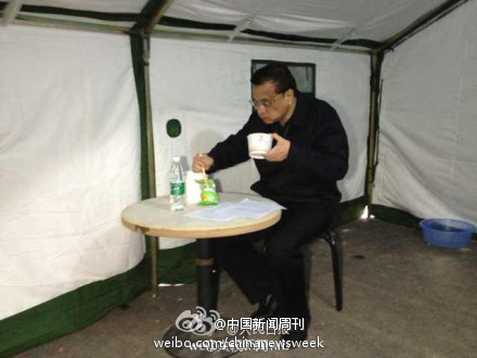 Li Keqiang in earthquake disaster tent