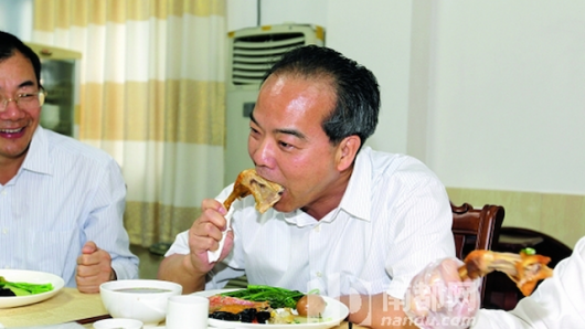 Guangdong official eats chicken like a boss