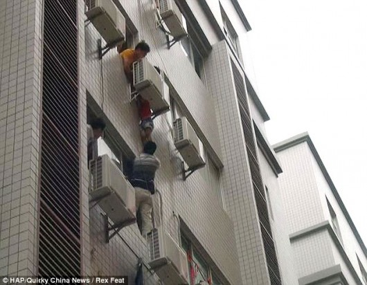Child stuck between air conditioner in Shishi, Fujian 1