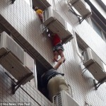 Child stuck between air conditioner in Shishi, Fujian 2