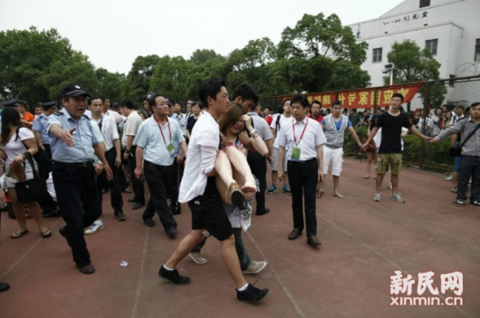 David Beckham Shanghai stampede 3 530x351 Five hurt in a stampede as fans in China rush to see David Beckham at Shanghai university