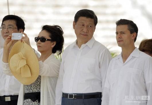 Peng Liyuan uses an iPhone