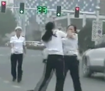 Hebei traffic cops fight