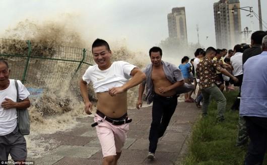 Bystanders tidal bore Qiantang River Zhejiang 3