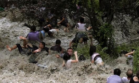 Bystanders tidal bore Qiantang River Zhejiang