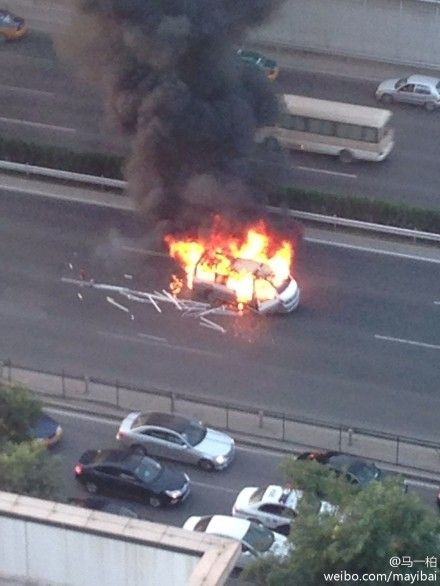 Car on fire on Fourth Ring Road Beijing 3
