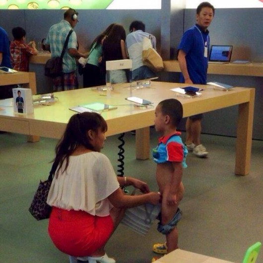 Boy pees inside Apple store in Hong Kong 1