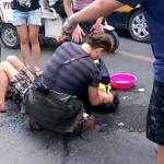 Foreigner In Beijing Helps Biker Collapsed In Drunken Heap