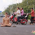 Foreigner Sits Cross-Legged And Buck Naked In Hainan Street