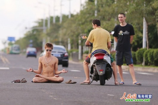 Foreigner sits buck naked in Hainan 3