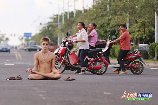Foreigner sits buck naked in Hainan