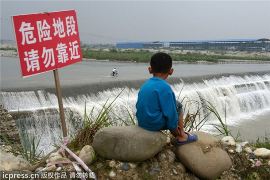 Pengzhou wading and fording through river 2