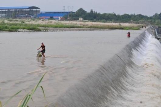 Pengzhou wading and fording through river 3