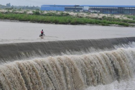 Pengzhou wading and fording through river 4