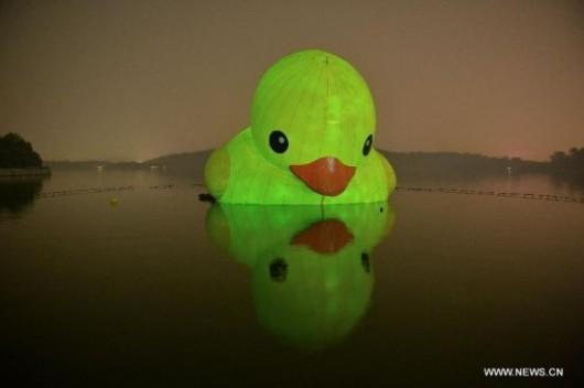 Rubber duck leaves Beijing