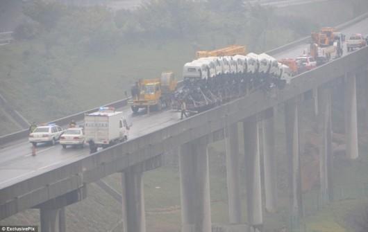 Truck nearly falls off Chinese bridge 2