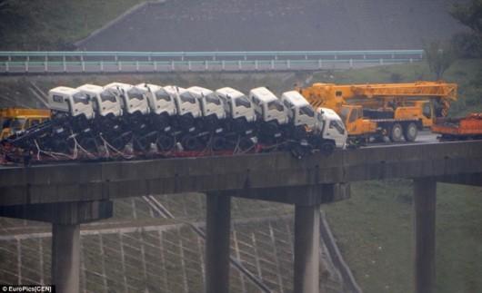 Truck nearly falls off Chinese bridge 3