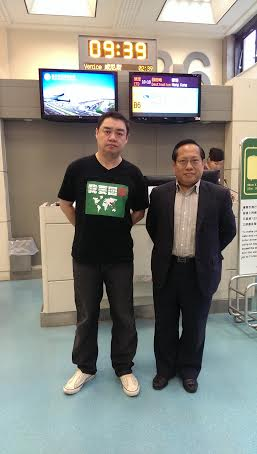 Wu'er Kaixi and Albert Ho at Taoyuan International Airport