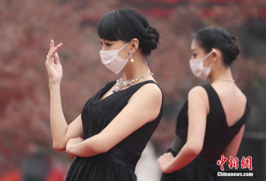 Models wear masks in Nanjing