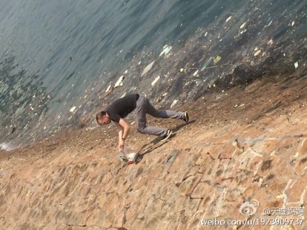 Foreigner picks up trash