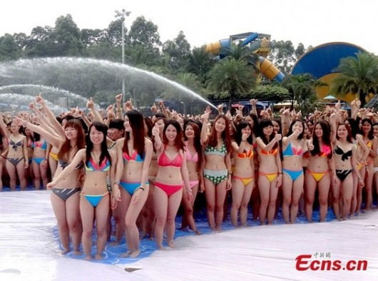 Thousands of girls join in bikini activity at water park, Guangzhou