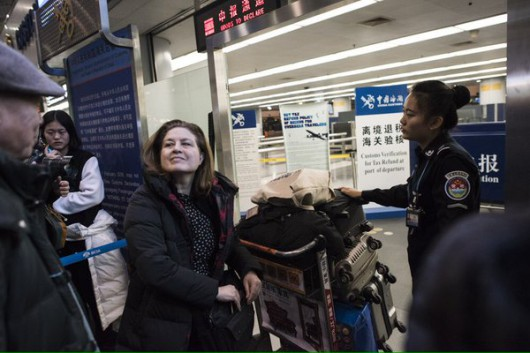Ursula Gauthier exits China from Beijing Capital International Airport (via Fred Dufour, @freddufour_afp)